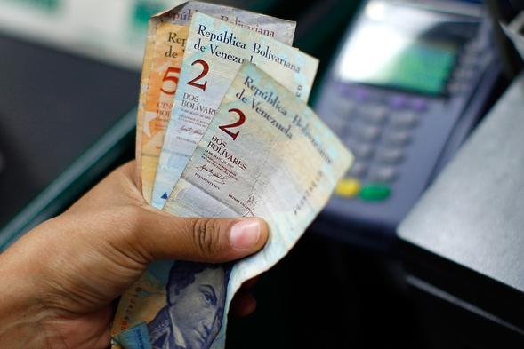 «Спираль смерти»: инфляция вВенесуэле превысила 4000%